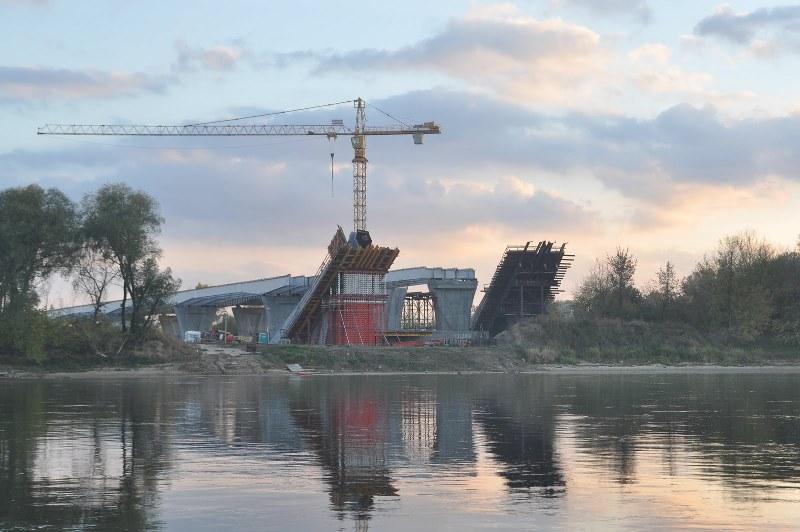 Widoczne postępy w budowie nowego mostu.jpg